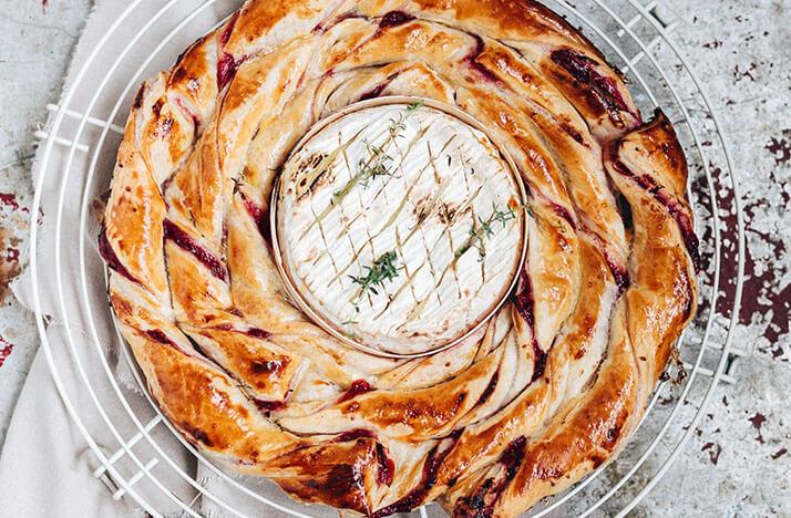 Gebakken camembert met veenbessen bladerdeeg
